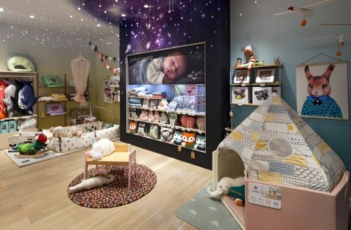 دکوراسیون داخلی فروشگاه لباس سیسمونی