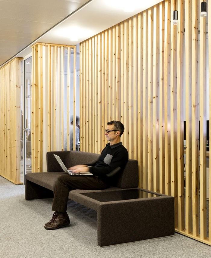 دکور داخلی دفتر اداری با چوب